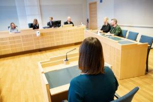 Vittne i vittnesbås inför sittande rätt
